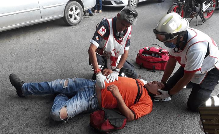 Motociclista termina con posible fractura en la cadera tras choque
