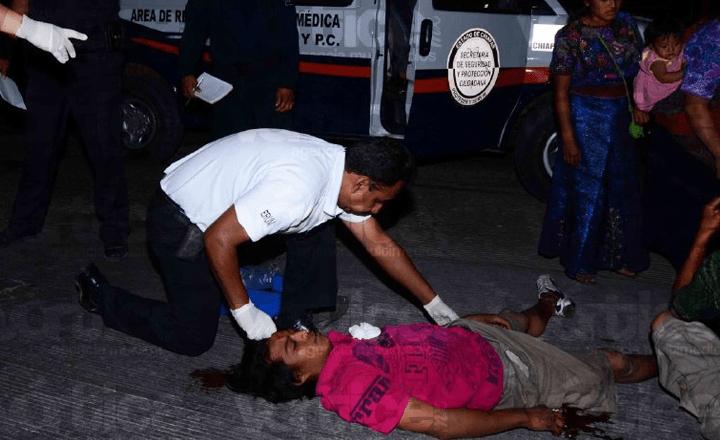 Limpiaparabrisas golpean a dos jóvenes en el crucero de la Diana