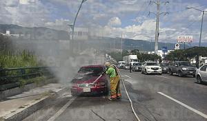 Se incendia auto por presunto cortocircuito en Tuxtla