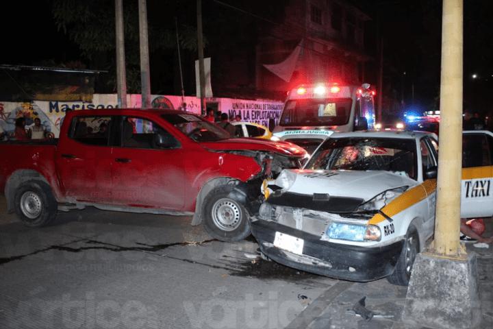 Encontronazo entre un taxi y una camioneta deja 3 heridos