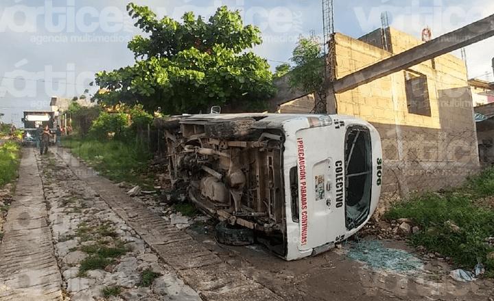 Vuelca colectivo en Tuxtla y deja 9 pasajeros heridos