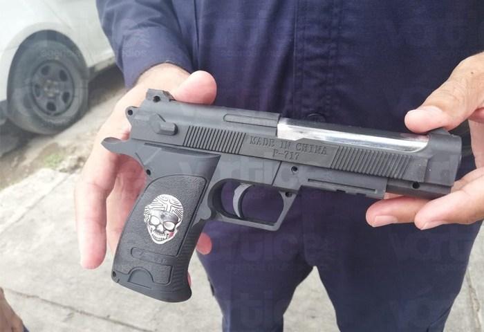 Decomisan arma de utilería a un menor frente a una escuela primaria