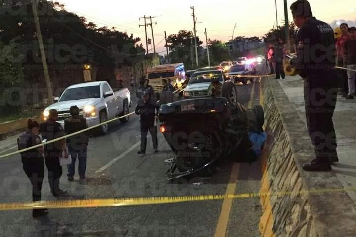 Muere estudiante de la Salazar en aparatosa volcadura