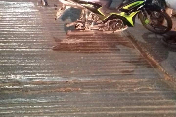 Abandonan a mujer tras accidente en moto