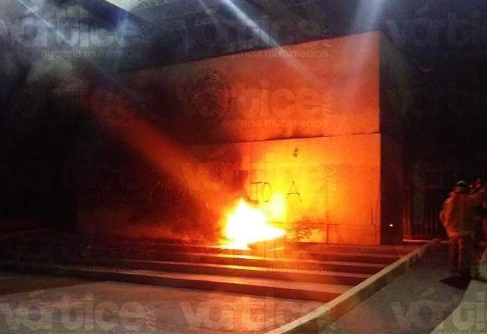 Presuntos normalistas causan explosión frente al Palacio de Gobierno