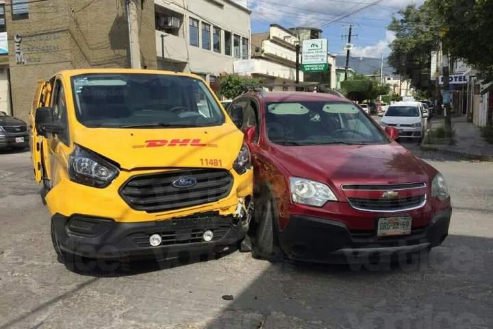 Colisión vehicular deja a una persona herida