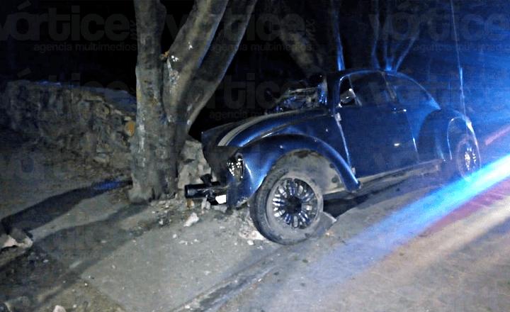 Conductor queda prensado tras chocar contra un muro de concreto