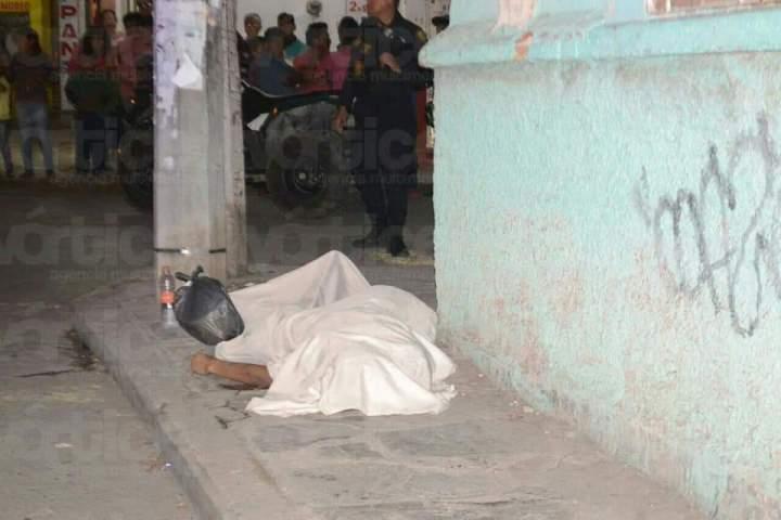 Asesinan a joven de una puñalada en plena zona centro de Tuxtla
