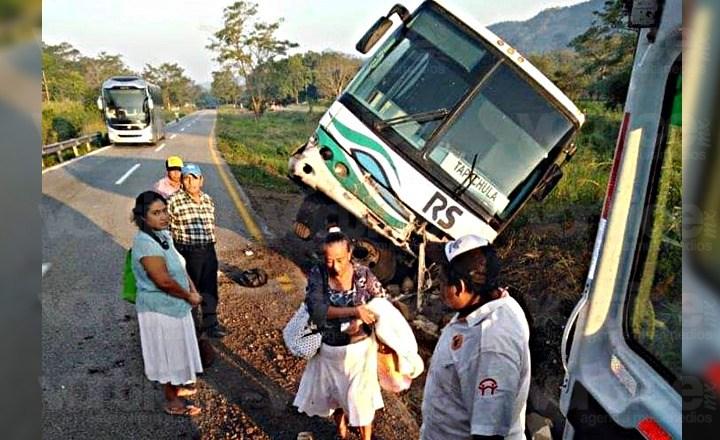 Casi vuelca autobús en Tonalá; una persona resulta herida