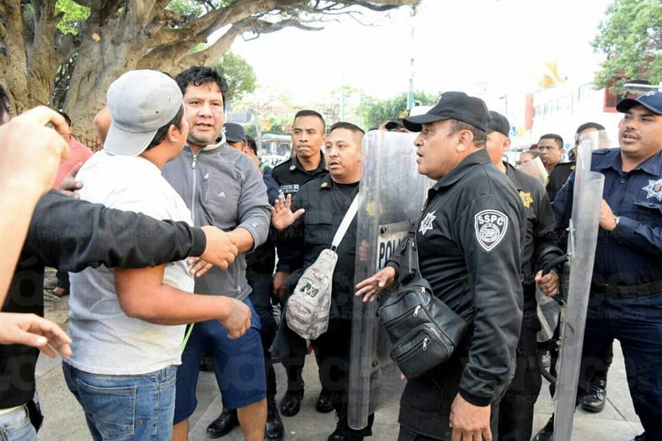 Se enfrentan policías con colonos para impedir linchamiento en Tuxtla