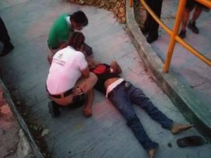 Motociclista se estrella contra un muro de concreto