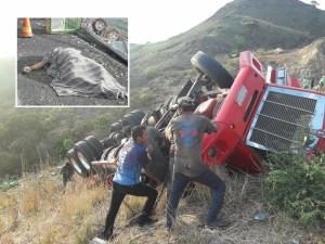 Muere camionero al volcar en un barranco en Arriaga