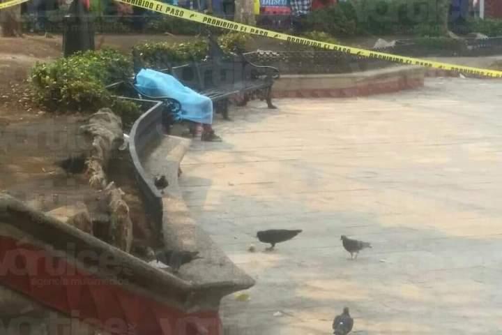 Murió sentada en una banca del Parque Central