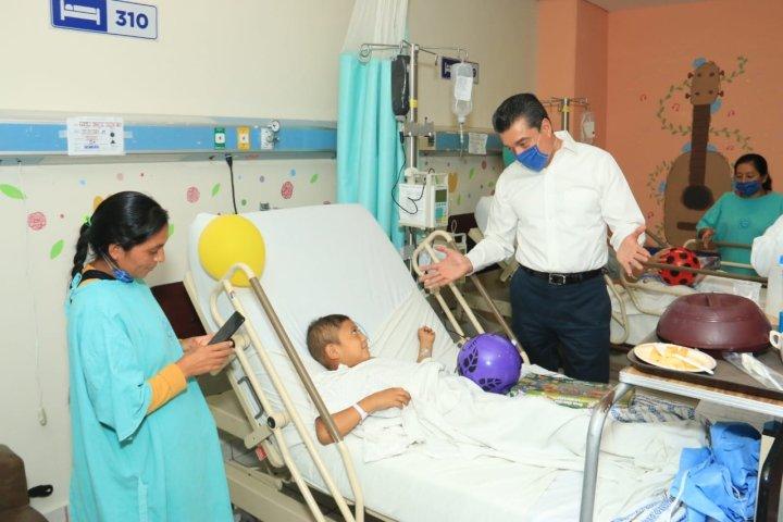 En el Día del Niño, visita Rutilio Escandón a pacientes del Hospital Pediátrico