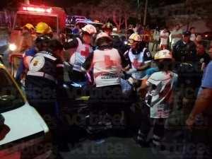Taxista quedó prensado en su unidad tras colisionar contra un poste