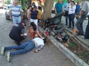 Se estrella motociclista contra un árbol y termina grave