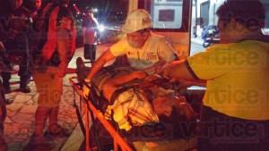 Casi se desnuca motorista tras ser impactado por veloz vehículo