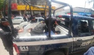 Delincuentes intentan asaltar a cuentahabiente y chocan contra camioneta