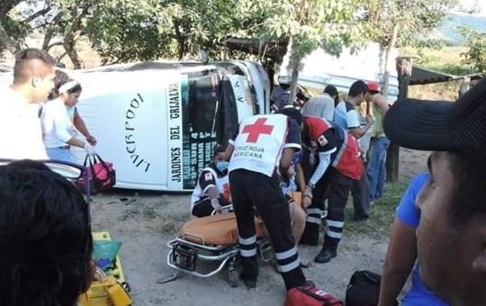 Colectivo de Jardines del Grijalva choca contra tren; hay 15 heridos 5
