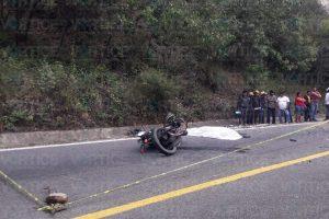 Muere motociclista al impactar de frente contra camioneta