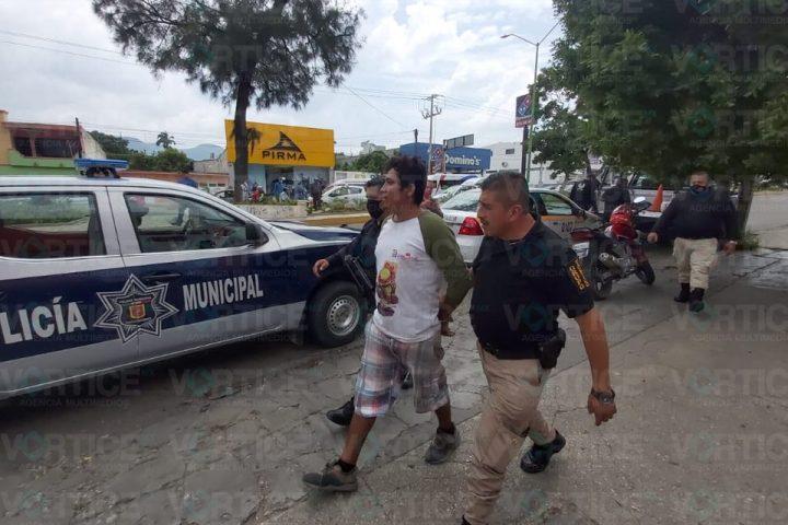 ¡Le aplicó la ley! Taxista identifica a su asaltante y le pone una golpiza