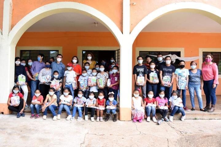 Entrega Voluntariado donación de kits escolares y deportivos a Casa Hogar en Ocozocoautla