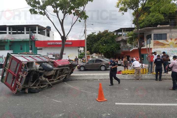 Vuelca camioneta tras colisionar contra un automóvil; hay un herido