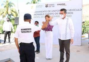 Rutilio Escandón entrega uniformes, equipos y vehículo al Cuerpo de Bomberos de Tapachula