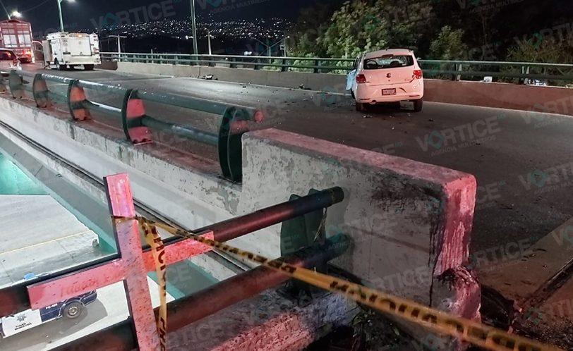 Muere automovilista tras estrellarse contra un muro de contención
