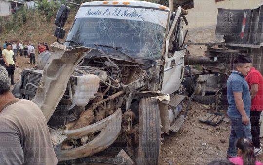 Vuelca camión cargado de piedras en Tenejapa; el chofer está herido