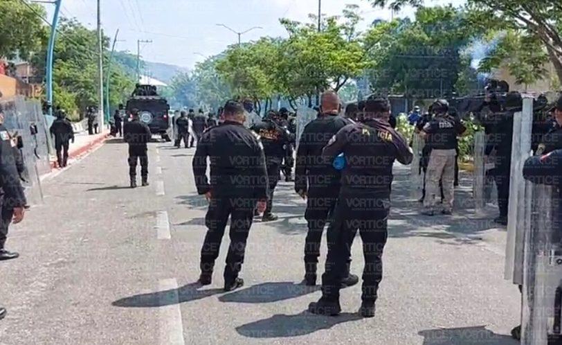 Enfrentamiento entre policías y normalistas de la Mactumatzá