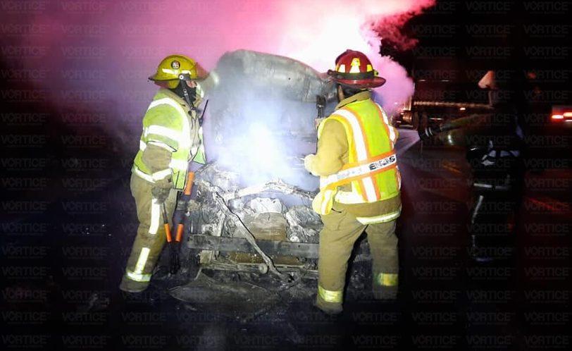 Se incendia automóvil en la autopista San Cristóbal
