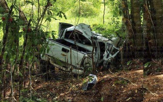 Muere chofer tras volcar fuera de la carretera en Palenque