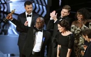 'Moonlight' se alza con el Oscar a la mejor película. / REUTERS