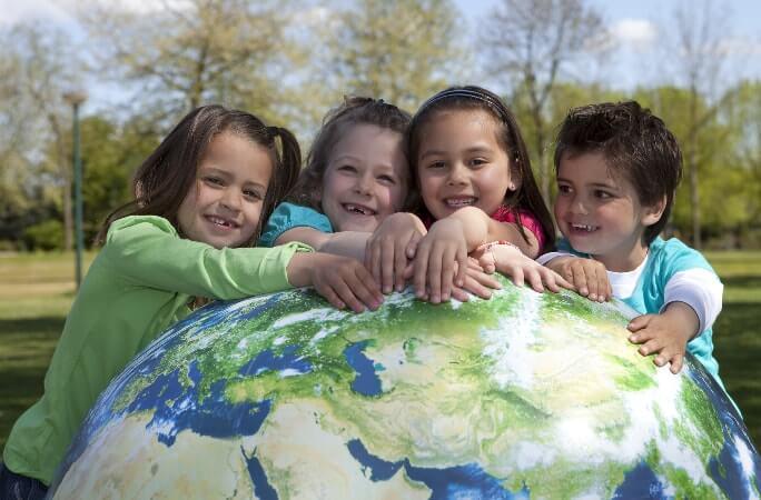 Дети над глобусом