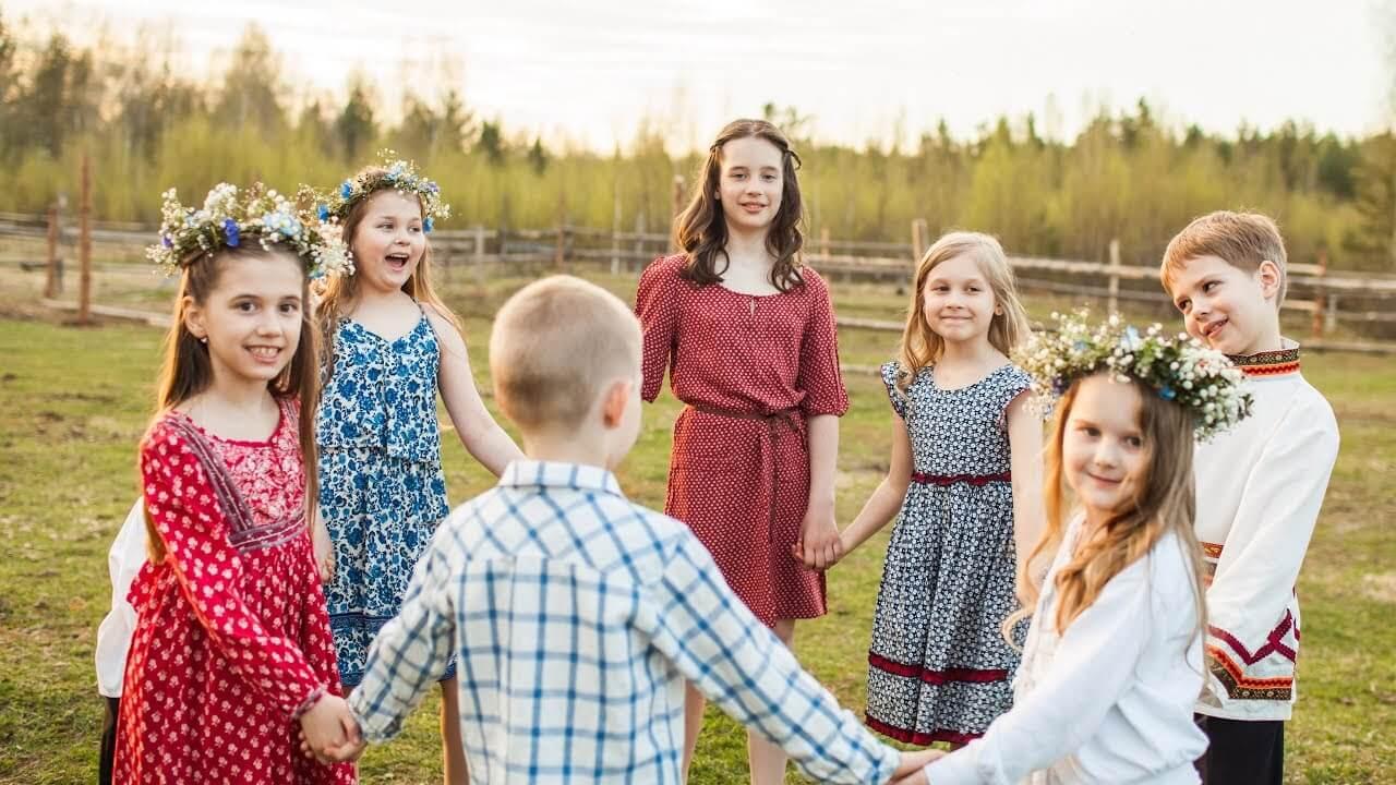 Дети водят хоровод