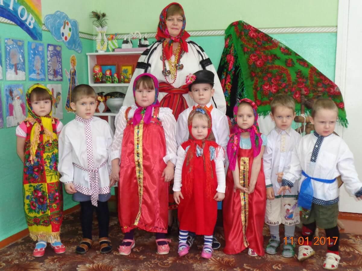 Группа в народных нарядах