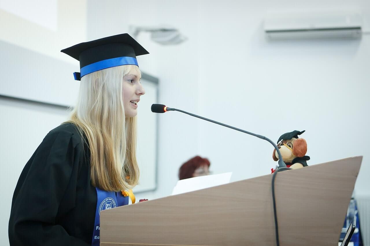 Студентка выступает