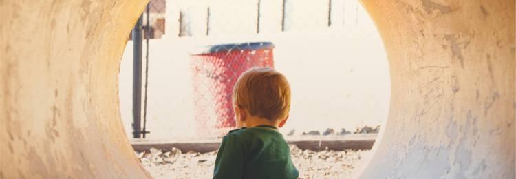 Мальчик сидит в трубе