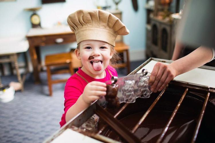 Девочка на шоколадной фабрике