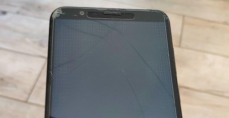rozbity displej na smartfone