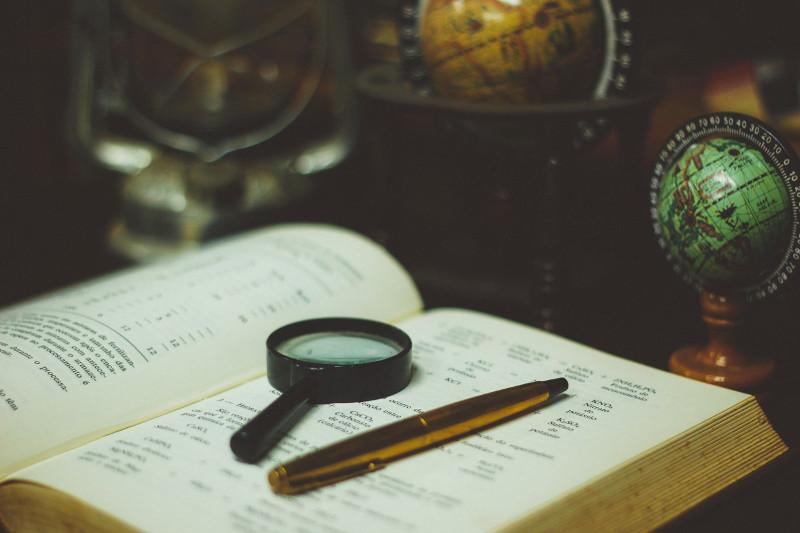 Boussole et stylo pour enquêter sur vos anciens clients