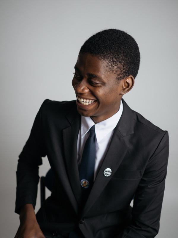Jeune homme très souriant