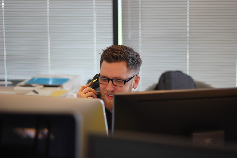 Homme téléphonant à son bureau pour prospecter