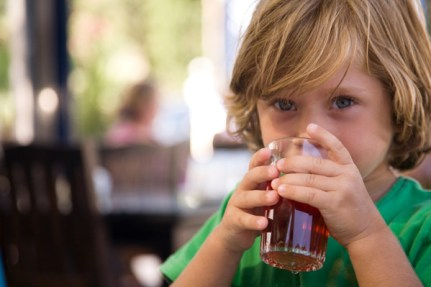 criança bebendo suco