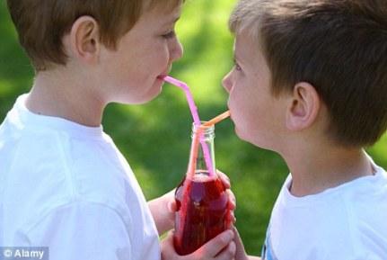crianças bebendo suco de fruta