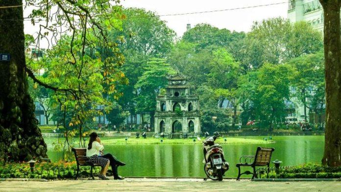 O Lago Hoan Kiem é o coração da cidade e um óptimo local para testemunhar a vida local
