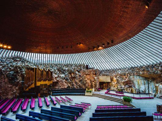 Interior da Igreja da pedira, em Helsínquia, na Finlândia