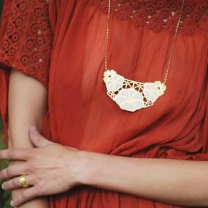 vous-mademoiselle-collier-plastron-armance-dore-bijoux