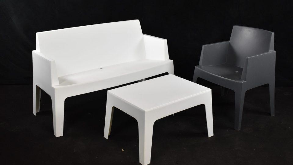 Fauteuils, table basse et canapé box